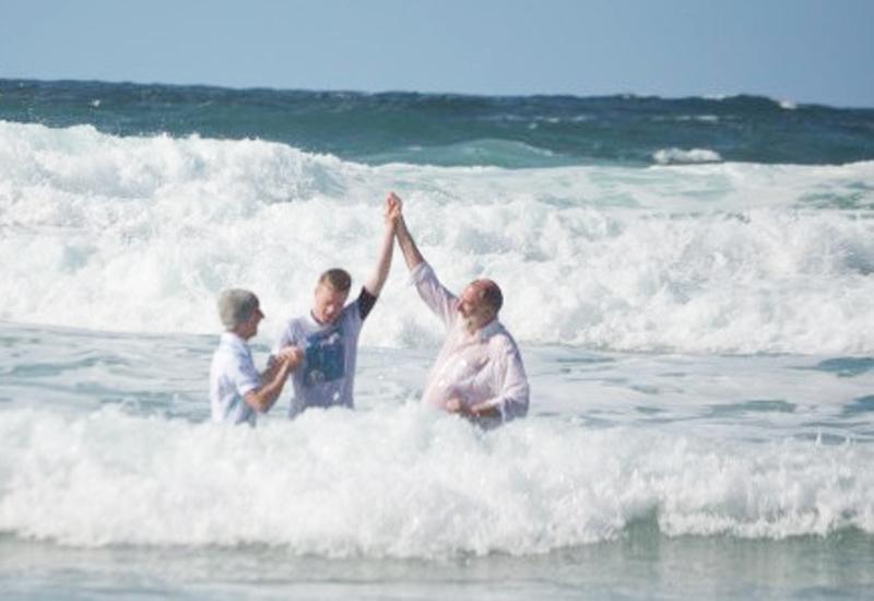 米国カリフォルニア州サンタバーバラの海岸で3月30日、洗礼式の最中に男性1人が2メートルの波にさらわれて行方不明となっている。(写真:イメージ画像)