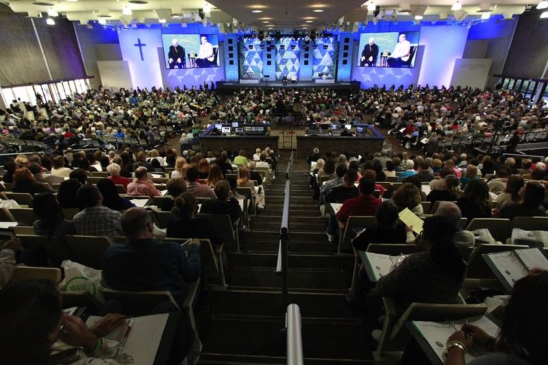 3300人以上が参加して米サドルバック教会で「メンタルヘルスと教会」をテーマにした集会が開催された=3月28日、米カリフォルニア州レイクフォレスト市で(写真:同教会)<br />