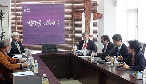 会議をするWCC代表団とNCCK代表団=8日、ソウル蓮池洞(ヨンジドン)で<br />