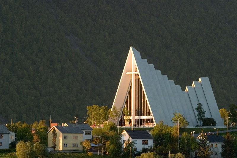 現代的な建築で有名なノルウェー国教会の北極カテドラル(トロムスダーレン教会)(写真:Henrik)