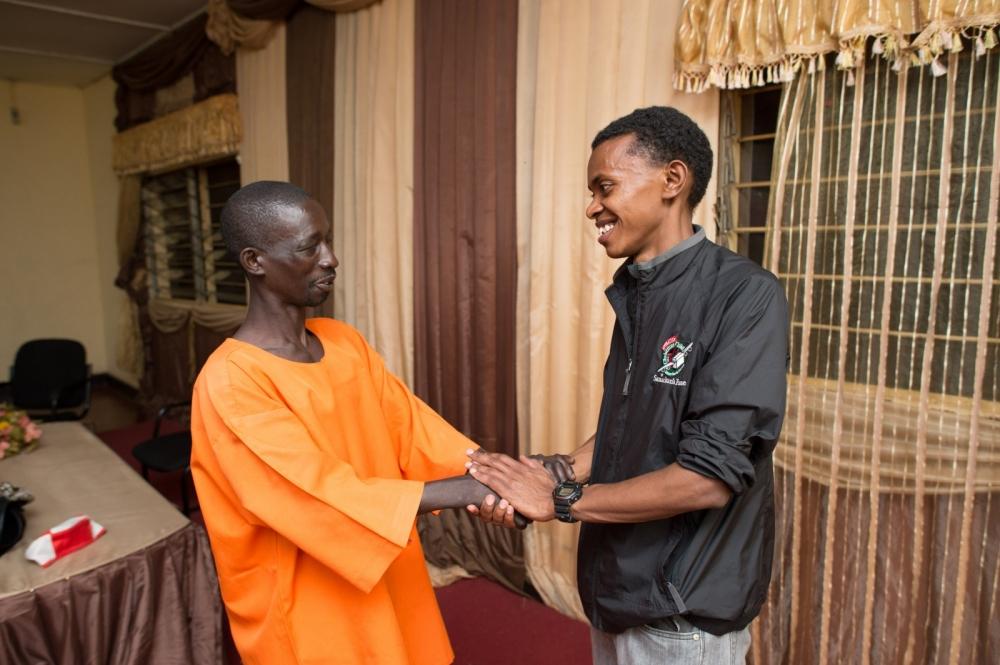 2013年3月、ルワンダ大虐殺時、自身の叔父を殺害した男を監獄に訪問するアレックス・センギマナさん(右)(写真:オペレーション・クリスマス・チャイルド)