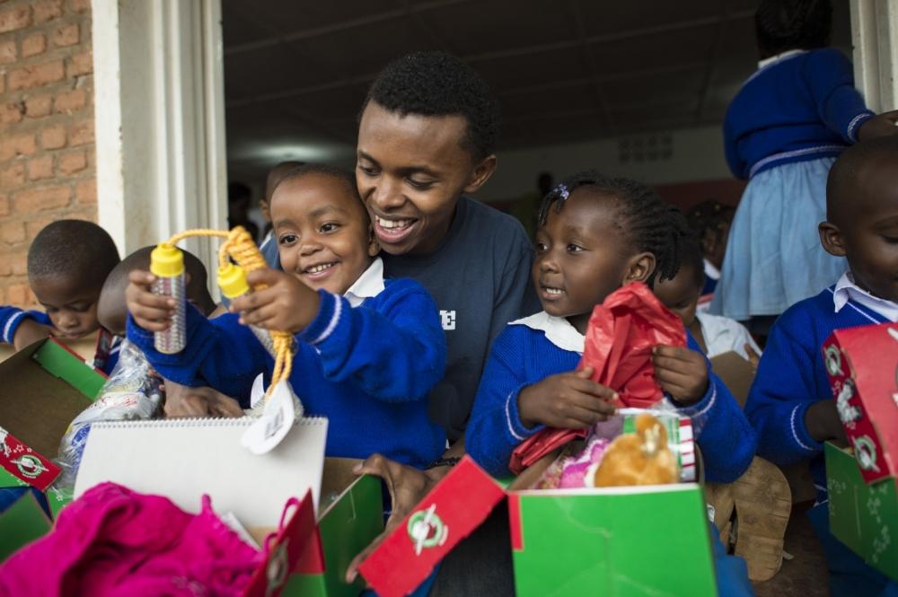 贈り物の詰まった箱を通じて子ども達に希望を与える活動をする、ルワンダ虐殺生存者のアレックス・センギマナさん(写真:オペレーション・クリスマス・チャイルド)<br />