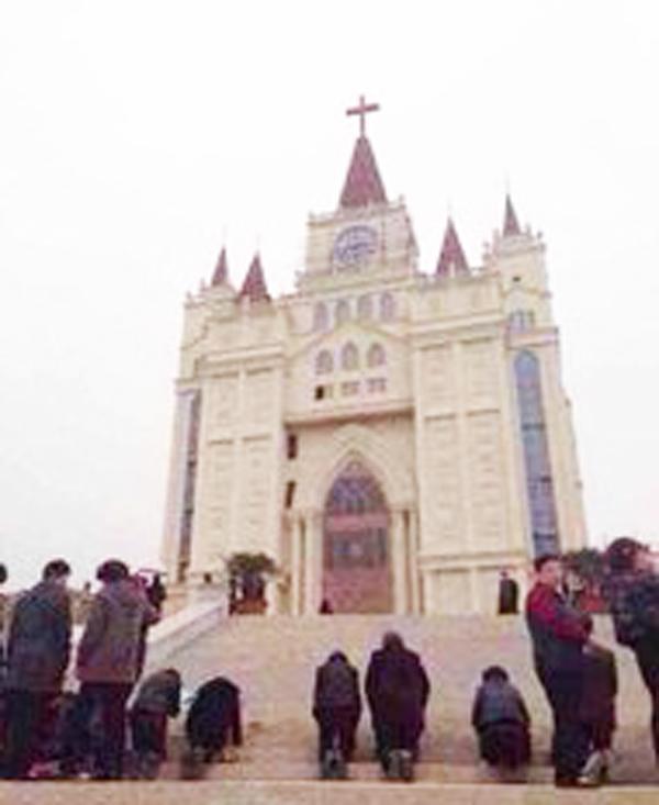 「十字架が目立ち過ぎ」 強制撤去命令に中国のキリスト教会が抗議行動