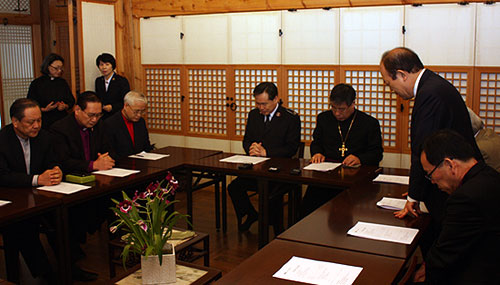 韓国基督教教会協議会(NCCK)加盟教団長会議で祈る参加者ら=19日、聖公会ソウル主教座聖堂主教館で