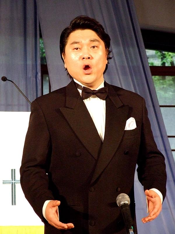 声帯を一度失ったとは思えない歌声で歌うベー・チェチョル=20日、ウェスレアン・ホーリネス教団淀橋教会(東京都新宿区)で<br />