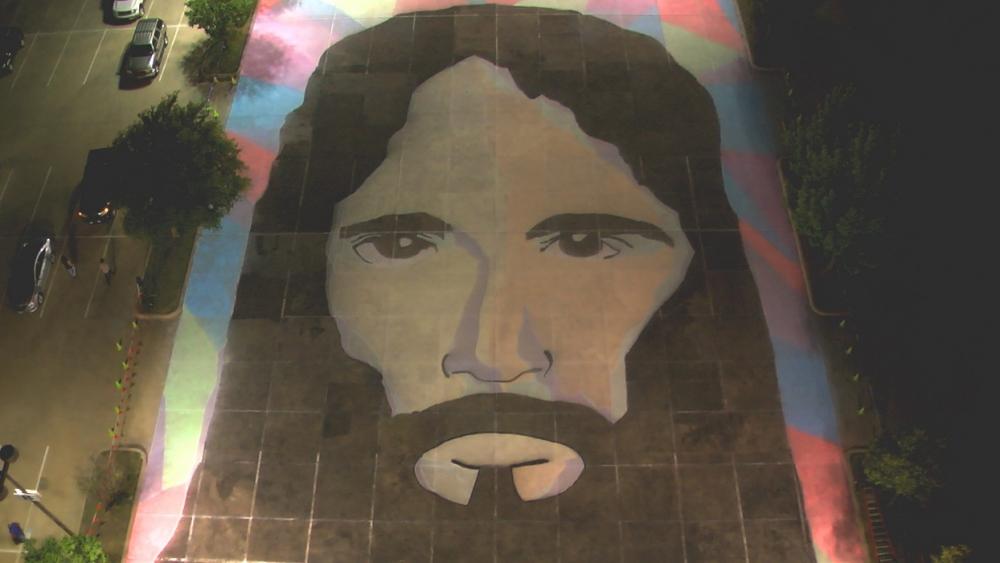 チョークで制作した巨大なイエス・キリストの肖像画=16日、テキサス州グレープバイン市で(写真:フェローシップ教会)