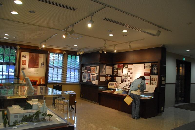 見学者が訪れている史料展示「村岡花子と東洋英和 Ⅱ」=19日(写真:行本尚史撮影)