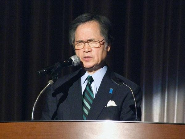 登壇して祈りをささげる大和カルバリーチャペル主任牧師の大川従道氏=25日、東京都新宿区の京王プラザホテルで