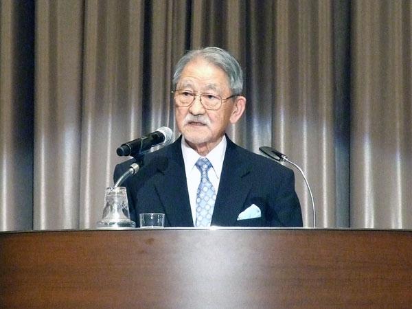 講演する昭和女子大名誉教授の川平朝清氏=25日、東京都新宿区の京王プラザホテルで