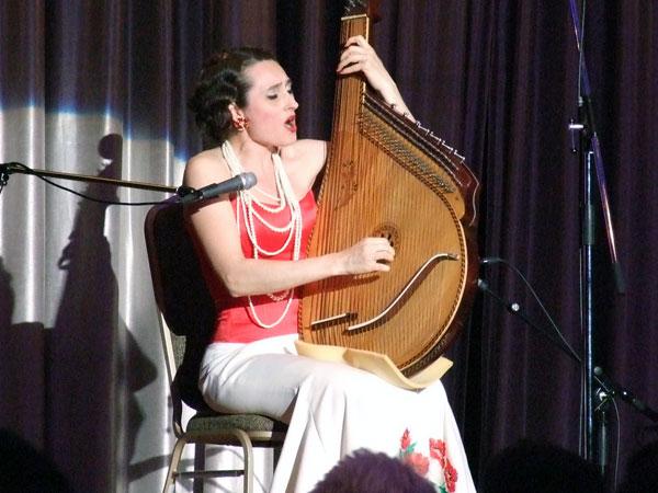 ウクライナの民族楽器バンドゥーラを手に賛美をささげるコロラトゥーラ・ソプラノ歌手のオクサーナ・ステパニュック=25日、東京都新宿区の京王プラザホテルで