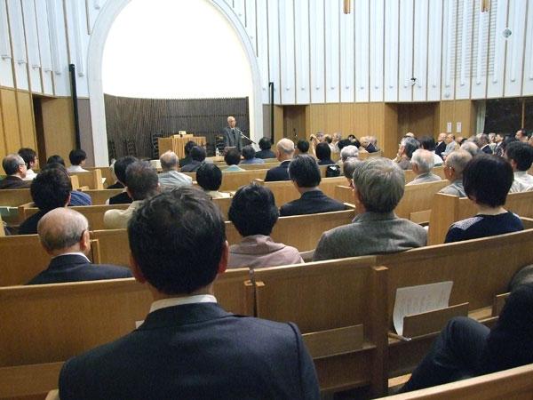 新教出版社創立70周年記念講演会で、宮田光雄氏の講演に耳を傾ける参加者たち=26日、日本基督教団信濃町教会(東京都新宿区)で