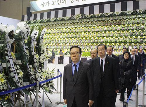 ソウル近郊の安山市に政府が設けた客船沈没事故の追悼合同焼香所を訪れた韓国基督教総連合会(CCK)のホン・ジェチョル代表会長と役員ら=23日