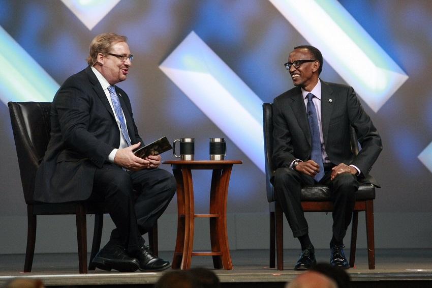 ルワンダのポール・カガメ大統領(右)が、米カリフォルニア州のサドルバック教会で行われたルワンダ大虐殺20周年の追悼特別礼拝に参加し、過去10年間に渡り「ザ・ピース・プラン」を通じてルワンダを支援した教会に感謝した=4月26日(写真:サドルバック教会)