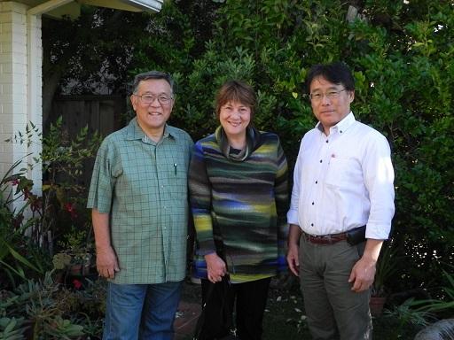 左から藤川武彦氏(愛の手インターナショナル代表)、上原令子親善大使、田村治郎啓発総主事(写真:日本国際飢餓対策機構提供)