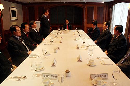 CCKと韓教連の統合に向けてソウル市内のホテルで行われた会合の様子。CCKの歴代代表会長や、仲介役を担うチョー・ヨンギ牧師ら13人が出席した=2日