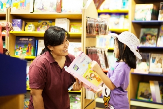 """""""洋上書店"""" ロゴス・ホープ号が日本寄港中 50万冊の本を備え、イベントも開催"""