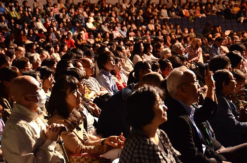 フランクリン・グラハム氏のメッセージに真剣に聞き入る参加者=11日、北海きたえーる(札幌市)で<br />