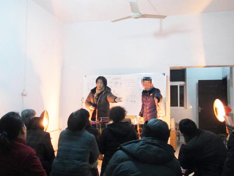 中国の「家の教会」で語る田中牧師(左)。日本から牧師が来ると聞くと前日から多くが泊まり込みで集まる。公安に目をつけられるので人数は制限しているという。