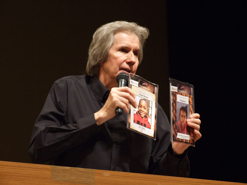 講演するビル・ウィルソン氏=19日、東京・日本橋公会堂ホールで