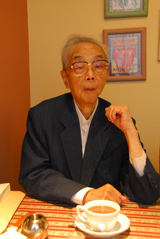 札幌市内の喫茶店でインタビューに応える深瀬忠一・北海道大学名誉教授