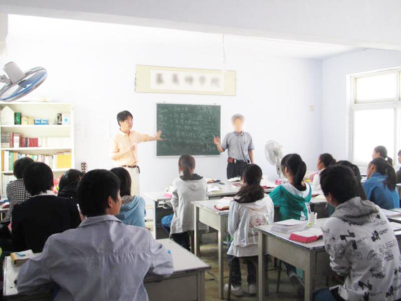 宣教訓練所で教える田中牧師(左)と、通訳を務める地下教会のリーダー