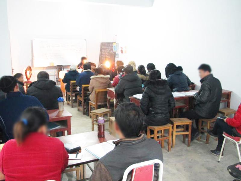 地域の宣教訓練所に集まる若者たち。夜遅くまで学びの時が続く。