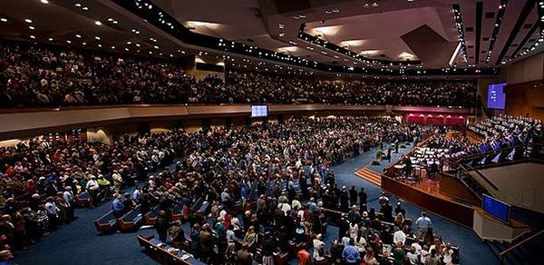 """南部バプテスト連盟に加盟する""""ギガチャーチ""""、ジャクソンビル第一バプテスト教会(フロリダ州、信徒数2万8千人)の礼拝の様子(写真:Fbcjax)"""