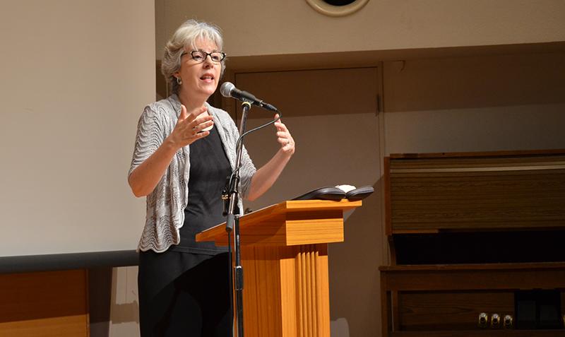 講演するキャロリン・愛子・ホーランドさん=5月30日、お茶の水クリスチャン・センターで