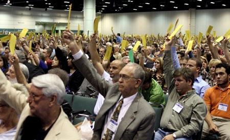 南部バプテスト連盟の年会で投票用の黄色い札を挙げる「メッセンジャー」と呼ばれる代議員たち(写真:SBC / Kent Harville)