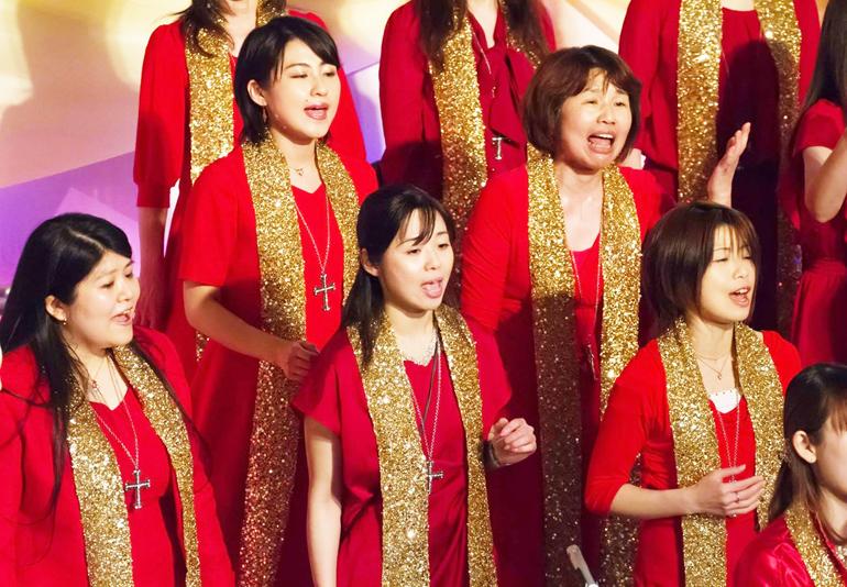 ゴスペルコンサートでの岡田さん(前列中央)