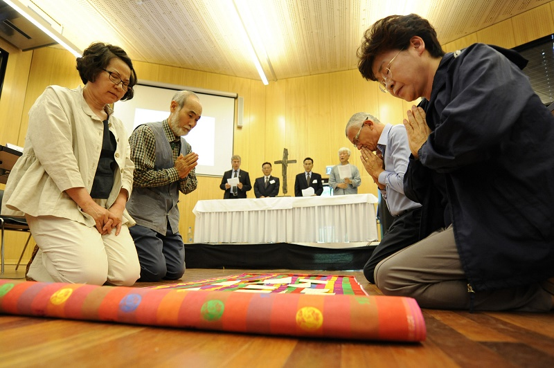 朝鮮半島の平和のために祈る会合の参加者ら(写真:世界教会協議会)