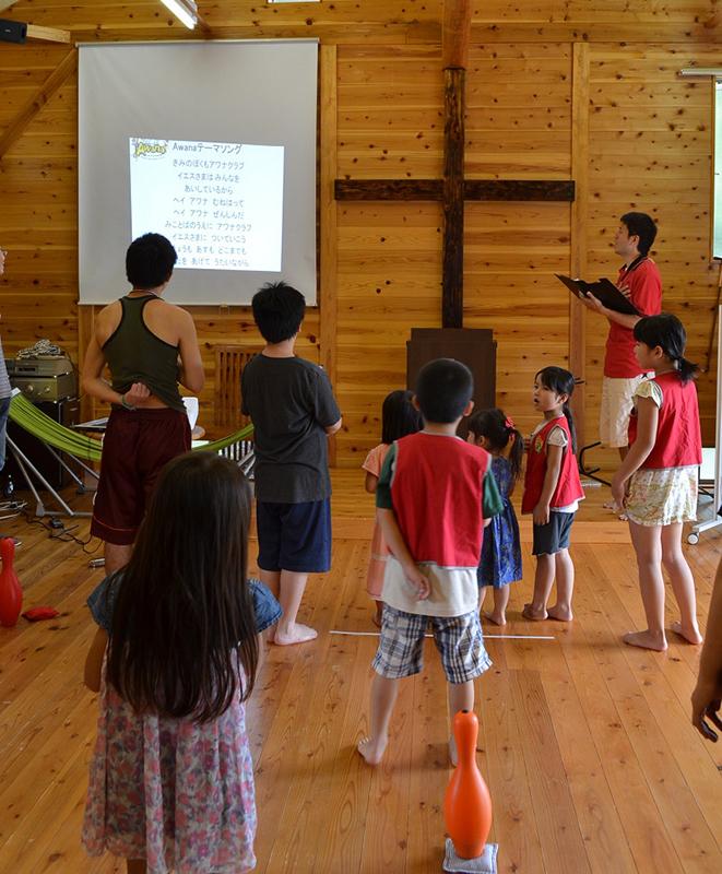 アワナの集会はリーダーの祈りから始まる=21日、岬キリスト教会(千葉県いすみ市)で