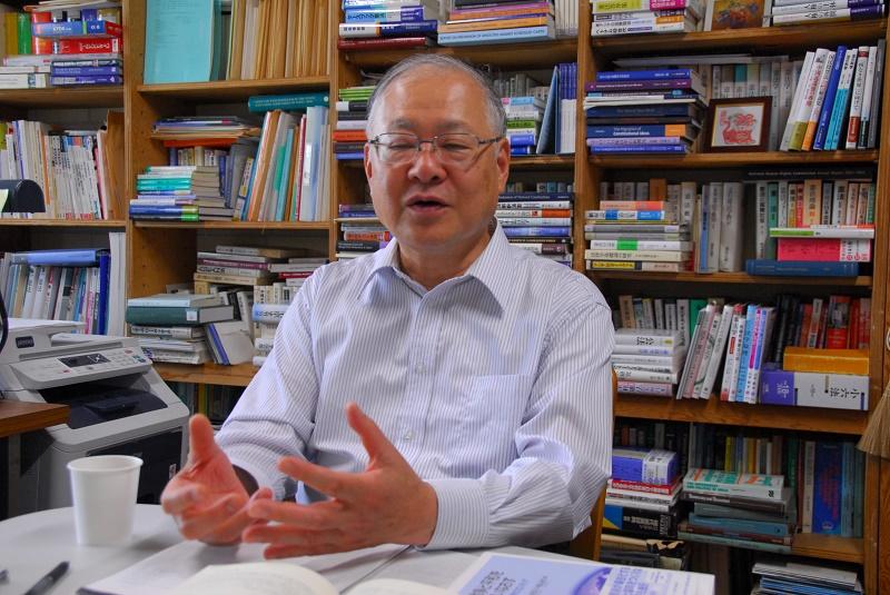 インタビューに答える稲正樹教授=26日、国際基督教大学内にある稲教授の研究室で