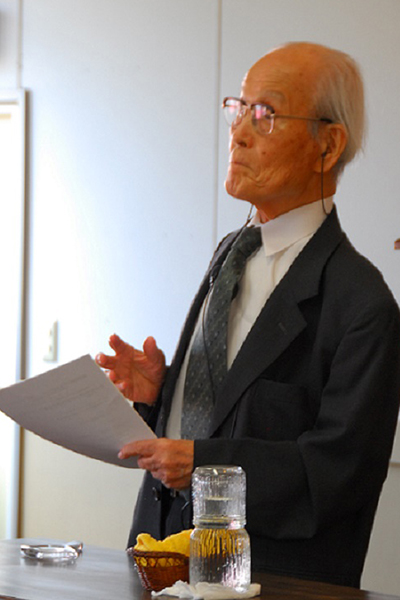 講演で自らの戦争体験などを語る渡辺信夫牧師=6月29日、日本キリスト教会横須賀教会で