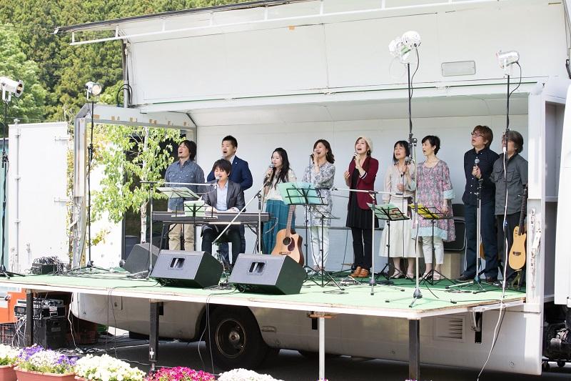 5月に富弘美術館前で行なわれたイベントに集まったシンガーたち。参加者は歌と詩に酔いしれた。