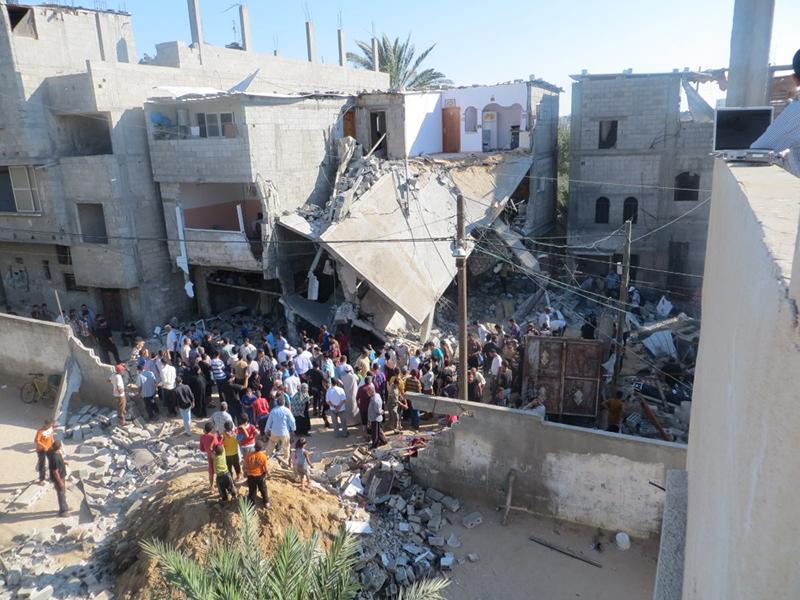 空爆により破壊されたガザ地区の家。爆撃時には住人が中におり、近所の人も近くにいたという=2014年7月8日(写真:Muhammad Sabah / B'Tselem)