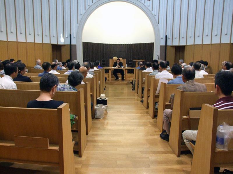 佐藤優氏の講演に耳を傾ける参加者たち=26日、日本基督教団信濃町教会(東京都新宿区)で
