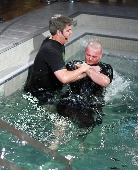 米サウスカロライナ州のメガチャーチ、1日に300人近くが受洗