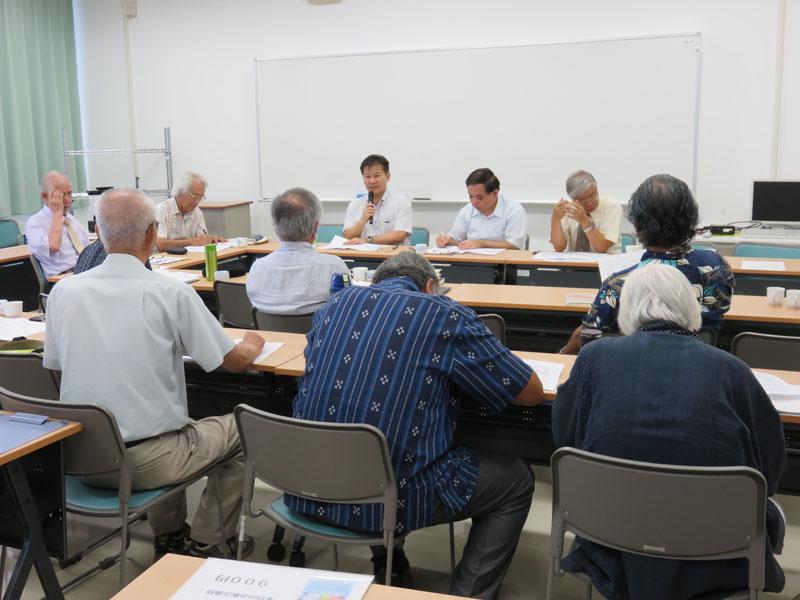2014年度総会で議案を審議する会員たち=6月29日、沖縄キリスト教学院・シャローム会館で