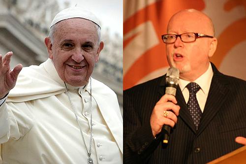 ローマ教皇フランシスコ(左)と世界福音同盟(WEA)総裁兼総主事のジェフ・タニクリフ氏(右)(写真:Jeffrey Bruno / WEA)<br />