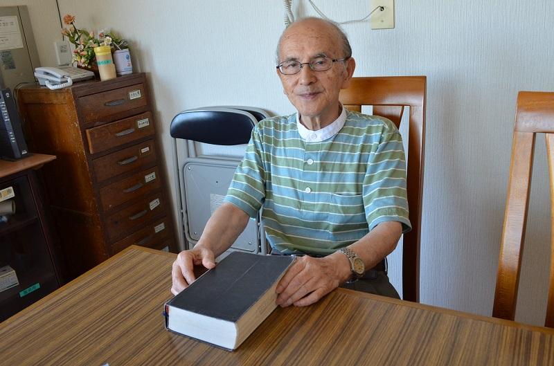 日本ナザレン教団五井教会の松本真平牧師。戦乱を生き抜き、今も平和のために祈る。