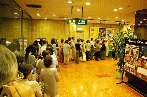 東京都内で開かれた映画『ザ・テノール 真実の物語』の試写会のために並ぶ人々=7月31日