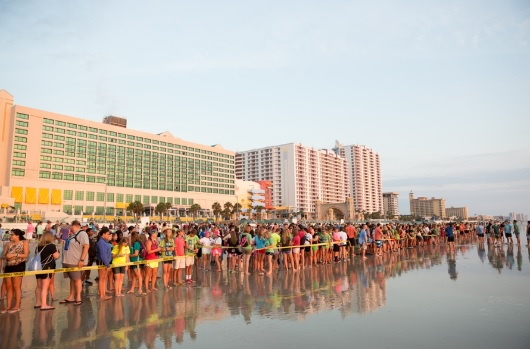 フロリダのビーチで733人が受洗 夏のユースキャンプで