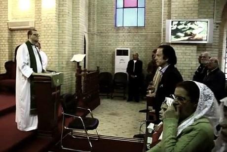 「イラク・シリア・イスラム国(ISIS)」に殺害された少年に洗礼を授けた教会で説教台に立つアンドリュー・ホワイト参事司祭(左)(写真:聖ジョージ聖公会)