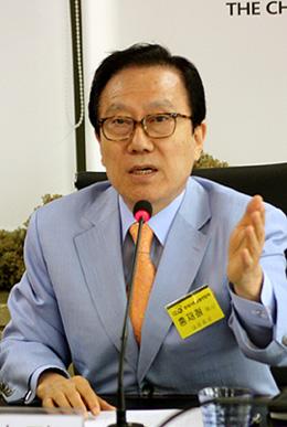 辞任を発表するホン・ジェチョル韓国基督教総連合会(CCK)代表会長=12日<br />