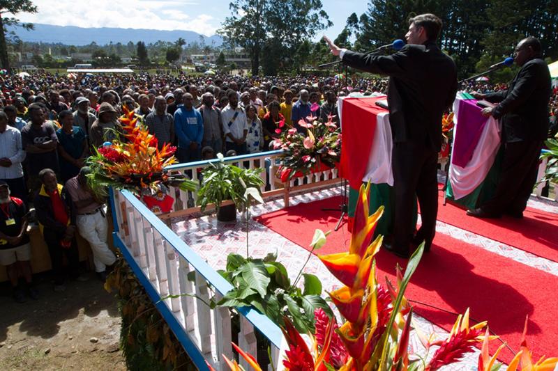 集会初日のウィル・グラハム氏。約2万3500人が3日間の伝道集会に参加した=7月25日、パプアニューギニアのマウントハーゲンで(写真:ビリー・グラハム伝道協会 / サム・クランストン)<br /> <br />