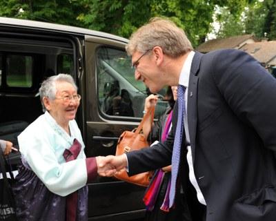 スイスのボセイにおける世界教会協議会(WCC)の会議でWCC総幹事のオラフ・フィクセ・トヴェイト総幹事によって出迎えられる、第二次大戦中の日本軍性奴隷制の生存被害者である吉元玉(キル・ウォンオク)さん(写真:WCC)
