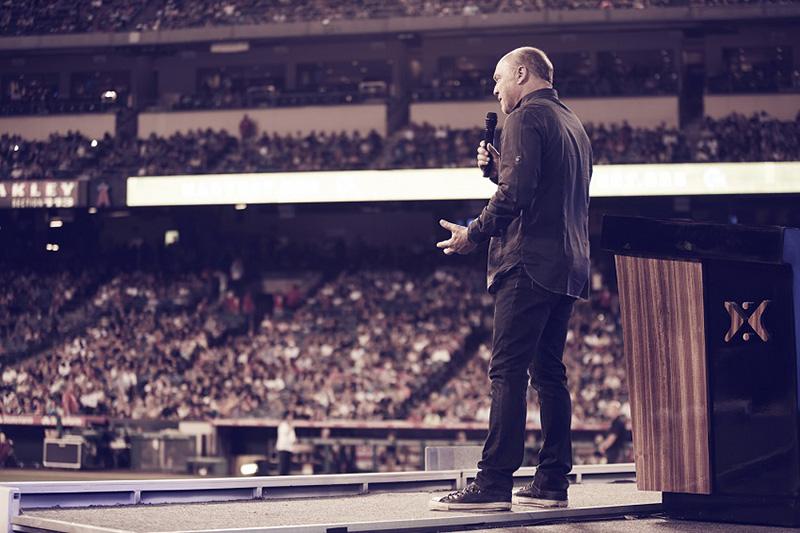 メッセージを伝える大衆伝道者のグレッグ・ローリー氏=17日、エンゼルスタジアム(米カリフォルニア州アナハイム市)で(写真:ハーベスト・ミニストリーズ)<br />