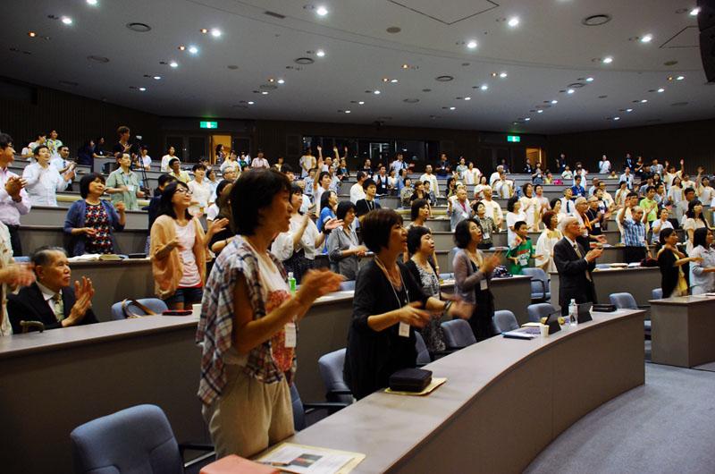 聖会で賛美をささげる参加者たち