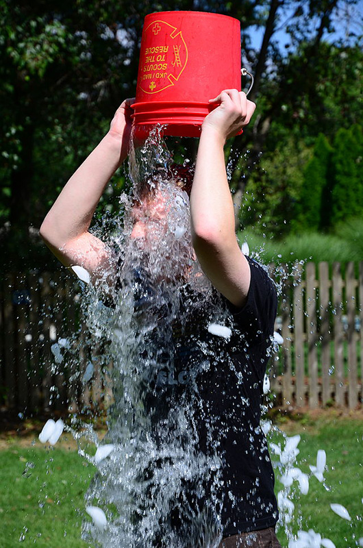 「アイス・バケツ・チャレンジ」で氷水をかぶる男性(写真:slgckgc)